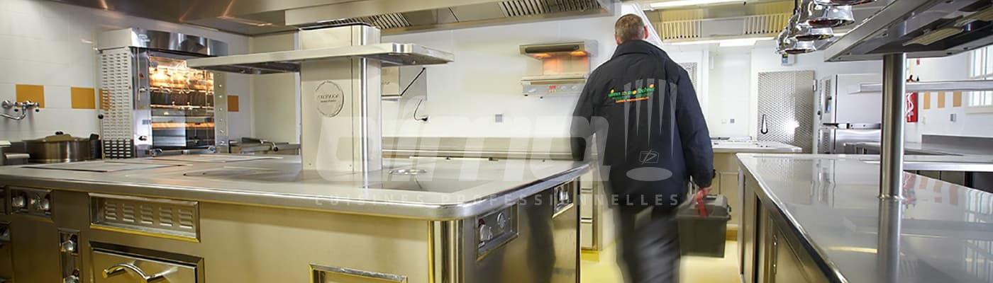 Installateur de cuisine quittant le chantier
